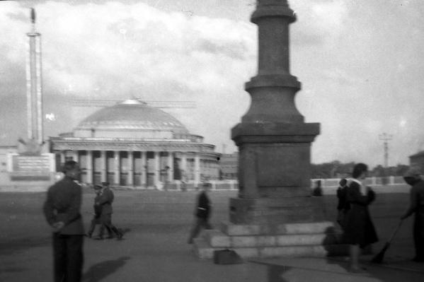 На фотографиях запечатлён Новосибирск в 1950-х годах