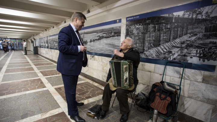 Анатолий Локоть спустился в переход на площади Ленина к «дедушке с баяном»