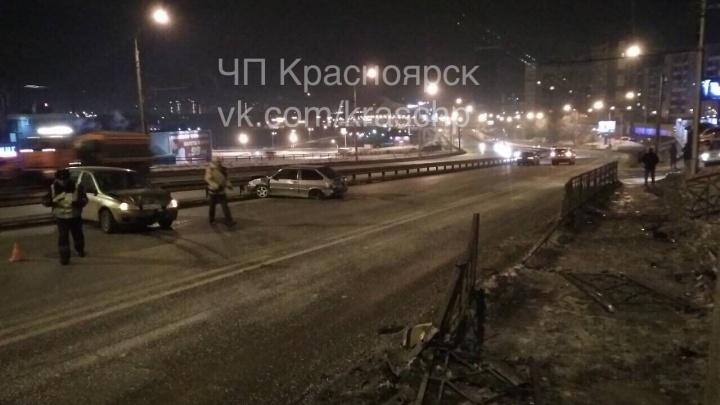 Автомобили раскидало по дороге после аварии на скользком спуске