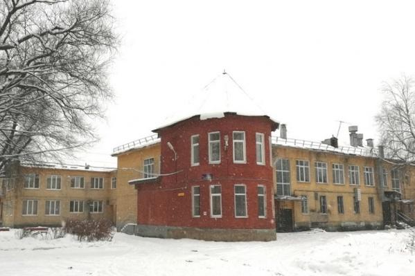 Сейчас школьница, которая нанесла удар отчиму, живет в одном из филиалов социально-реабилитационного центра для несовершеннолетних