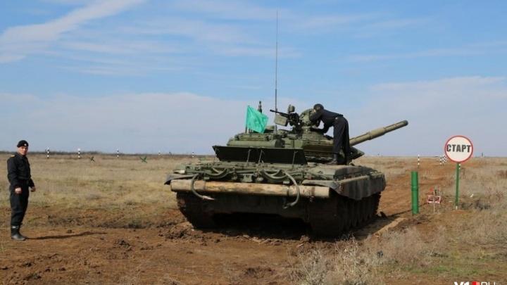 Под Волгоградом условного противника раздавили танковой каруселью