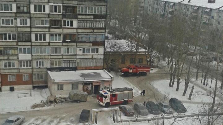 А вдруг опять пожар? Жильцы дома на Лесобазе, где год назад сгорела крыша, по ошибке вызвали МЧС