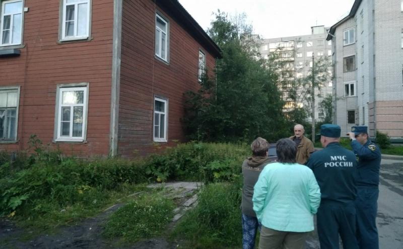 «Мы упали вместе с домом»: третья за месяц деревяшка сошла со свай в центре Архангельска