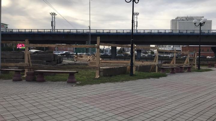 Возле библиотеки Пушкина начали ставить строительный забор