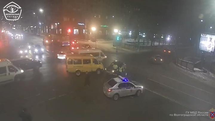 У девочки перелом ключицы: на Комсомольской в Волгограде иномарка подставилась под маршрутку. Видео