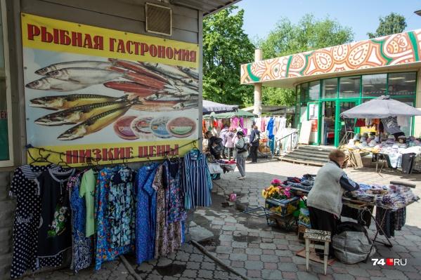 Улица Гагарина уже много лет представляет собой стихийный базар, где тротуар — это торговые ряды длиной больше двух километров