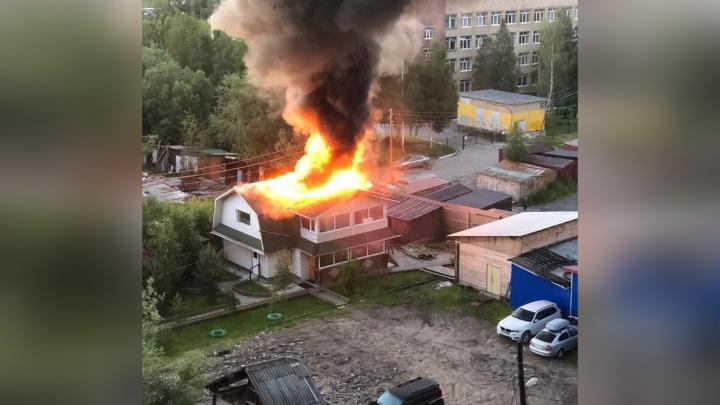 Ночью в Архангельске сгорела частная баня