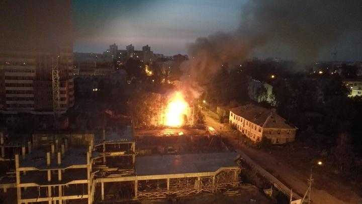 «Пожар начался ровно в полночь»: в центре Архангельска сгорел деревянный дом