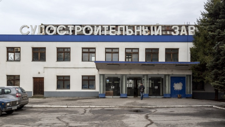 Пожарные потушили баржу на Волгоградском судостроительном заводе