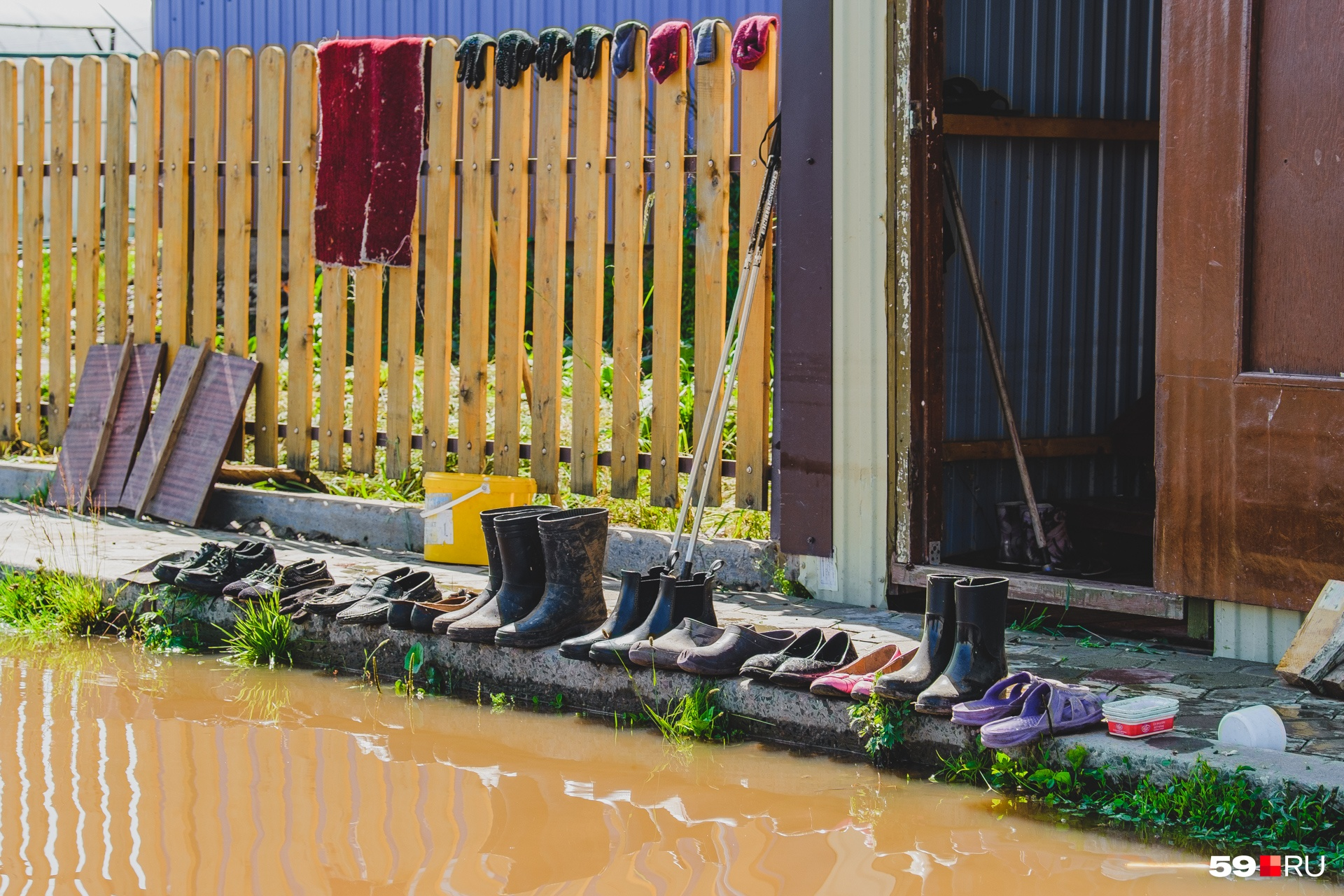 """В этом году от <a href=""""https://59.ru/text/incidents/66167470/"""" target=""""_blank"""" class=""""_"""">большой воды пострадали</a> поселки Коми-Пермяцкого округа. Наши корреспонденты приехали в Юрлу, где местные жители спасались от воды как могли"""