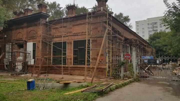 На территории школы-памятника в центре Екатеринбурга начали строить пятиэтажную частную клинику