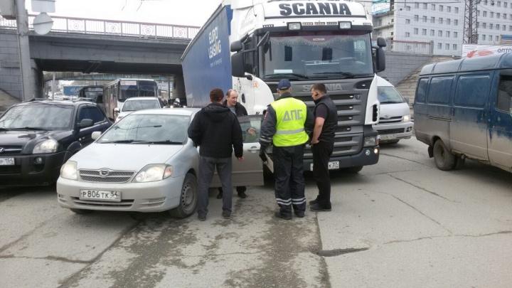 Авария с грузовиком перекрыла движение по площади Энергетиков