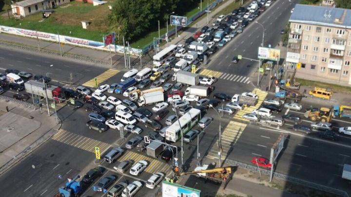 Светофор погас надолго: перекрёсток улиц Ватутина и Немировича-Данченко встал в пробку