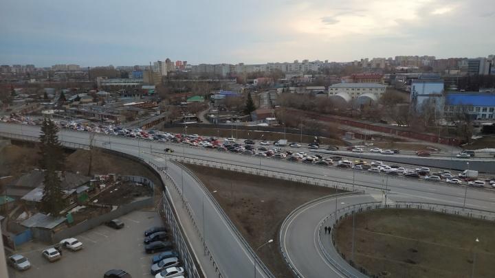 «Мы стояли там минут 40»: авария на Запольной парализовала дорожное движение и спровоцировала пробку