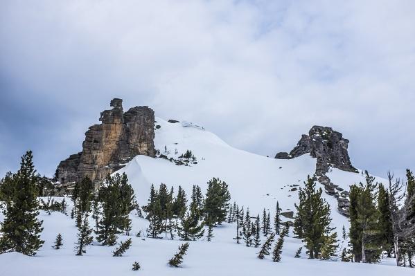 Руководитель секции горного туризма НГУ Владимир Юдинговорит, что пока рано считать остальных 7 участников похода погибшими