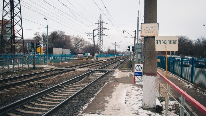 Трагедия на железной дороге: под Ростовом грузовой поезд насмерть сбил молодого мужчину
