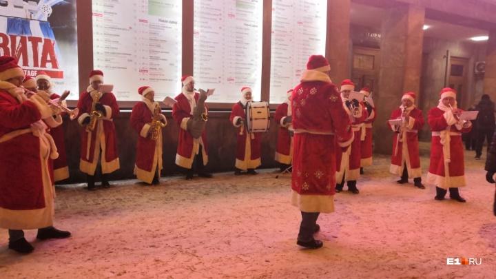 Праздник к нам приходит! У театра Музкомедии выступил танцующий оркестр в костюмах Дедов Морозов