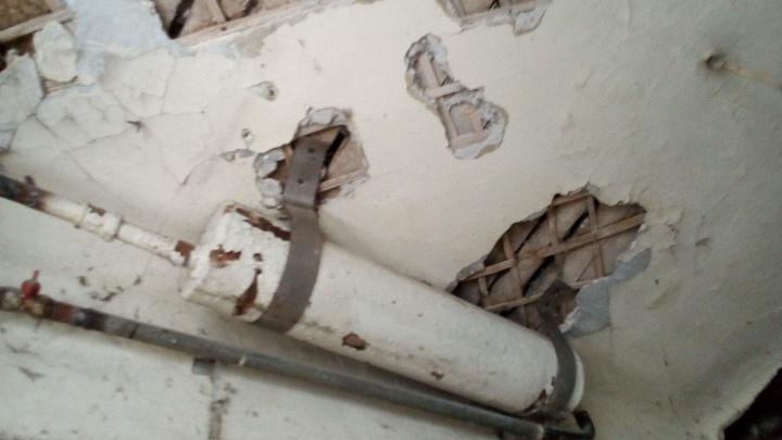 Жильцы дома-коммуны на Ленина нашли гнилые коммуникации 30-х годов, которые никто не хочет чинить