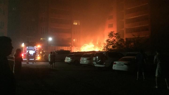 Горели мусор и деревья: в ростовском спальном микрорайоне произошел пожар