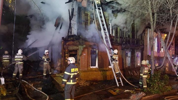 «Пламя тушили 99 человек»: ночью в Самаре сгорели два дома на улице Ленинской