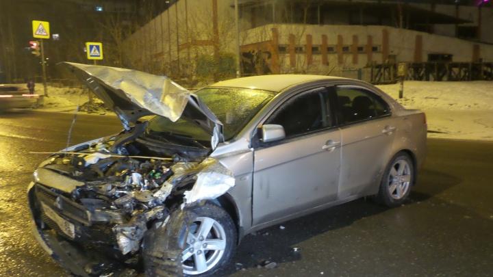 На Готвальда лоб в лоб столкнулись Mitsubishi и Chevrolet Niva: водители спорят, кто виноват