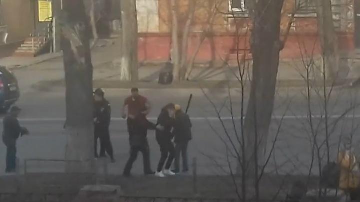 На ЧМЗ вооружённый битой маршрутчик напал на челябинца
