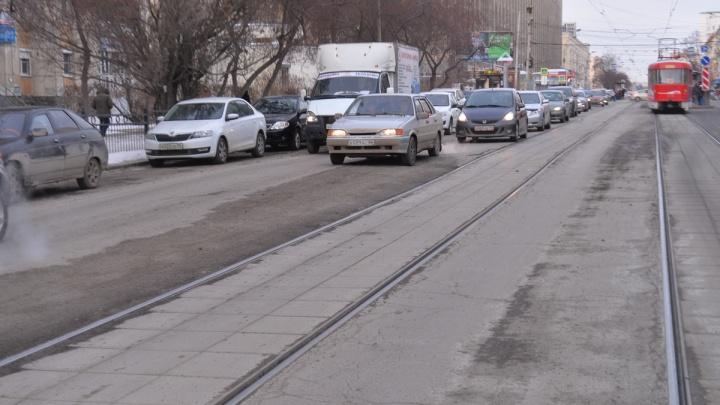 На Луначарского заделали провал в асфальте, где машины рвали колёса
