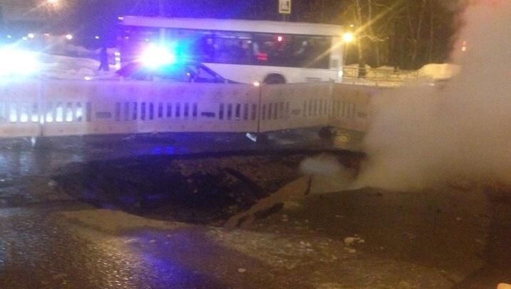 «Пар из-под земли»: на Ново-Вокзальной из-за прорыва теплотрассы образовалась большая яма