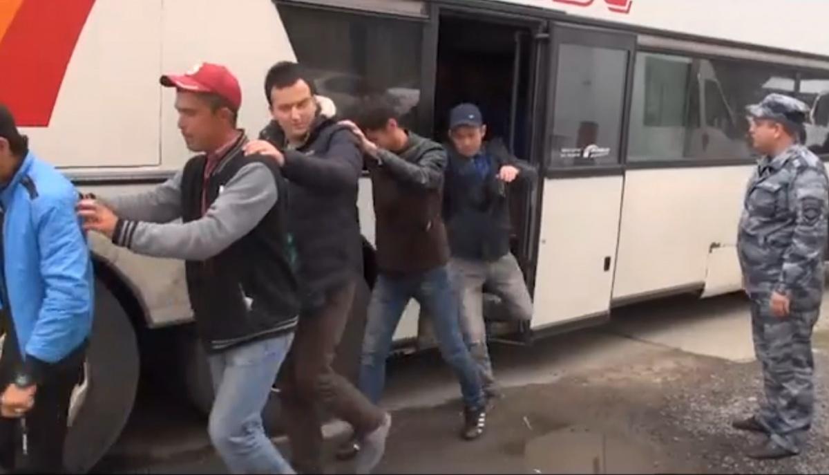 Полицейские остановили автобус, в котором ехали нелегалы