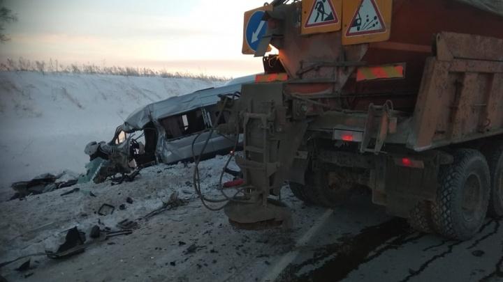 Водитель микроавтобуса погиб в жёсткой аварии на трассе