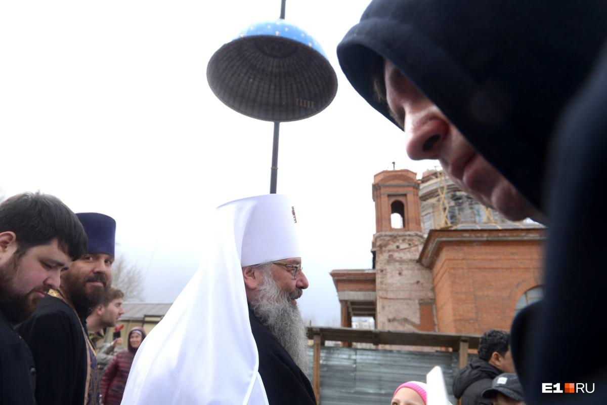 На Успенский собор на ВИЗе поставили шеститонный купол, его уже освятил митрополит Кирилл