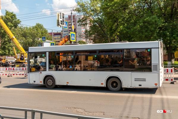 Автобусы объезжают участок, где ремонтируют трубу