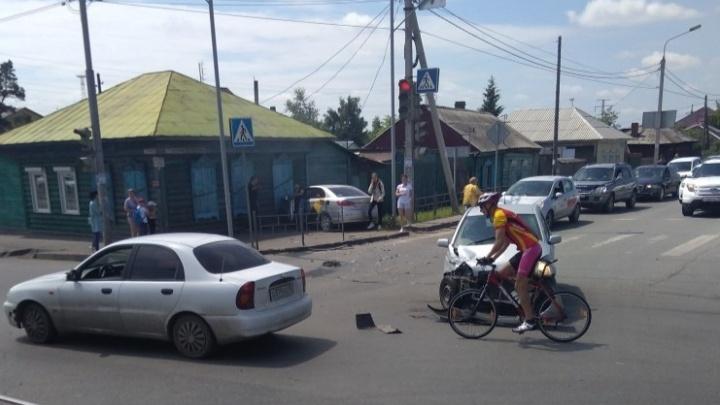 На Орджоникидзе Яндекс.Такси вылетел на тротуар и наехал на 60-летнюю женщину-пешехода