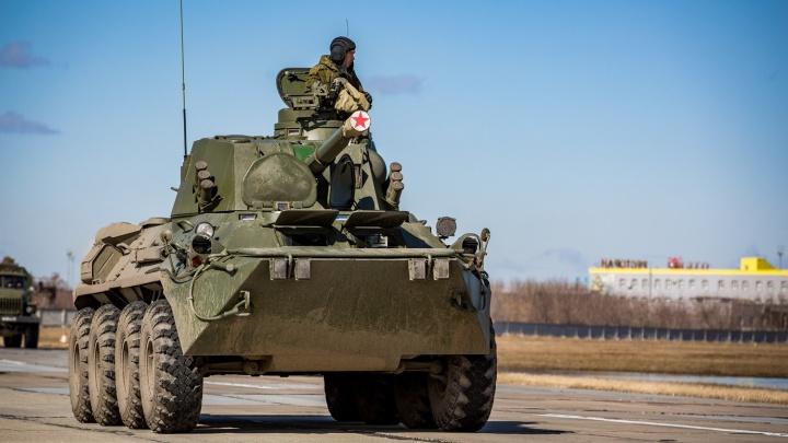 Фоторепортаж: военные выстроили под Новосибирском новейшую технику для 9 Мая