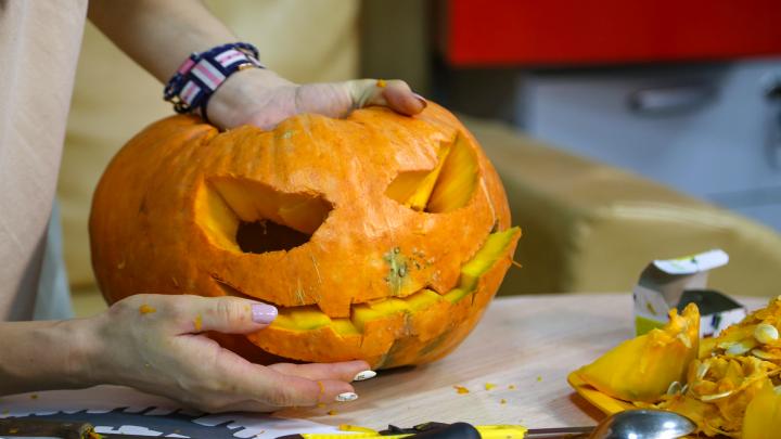 Как сделать страшный фонарь из тыквы для Хеллоуина: видеоинструкция от UFA1.RU прилагается
