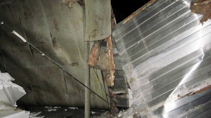 Ночью в Тюмени из-за снега обрушилась крыша строительного магазина