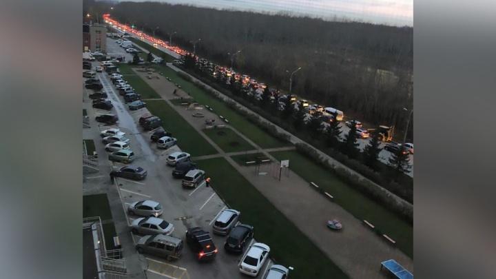 «Невозможно выехать в город»:жители «Родников» застряли на улице Краузе