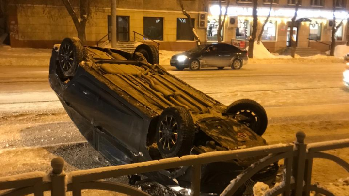 «Я как кино посмотрел»: в центре Екатеринбурга иномарка перевернулась на крышу