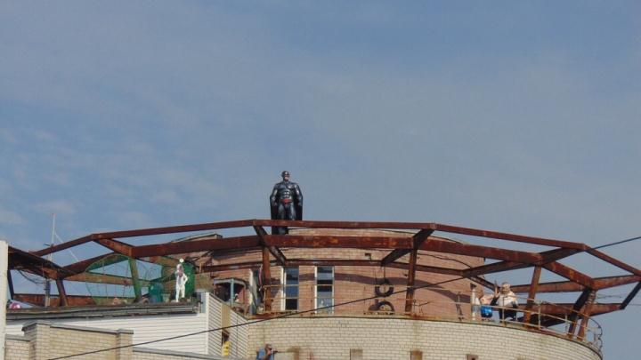 Он нужен этому городу! В Ярославле на крыше появился супергерой: фото