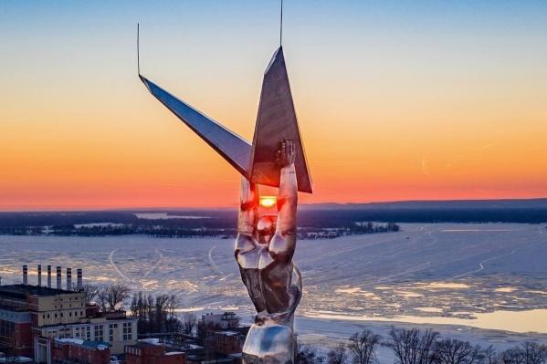 Монумент на площади славы возвели в честь авиаконструкторов Куйбышева