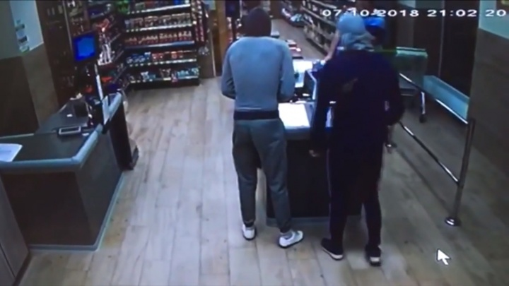 Видео: налётчики напали на супермаркет с пистолетом и монтировкой