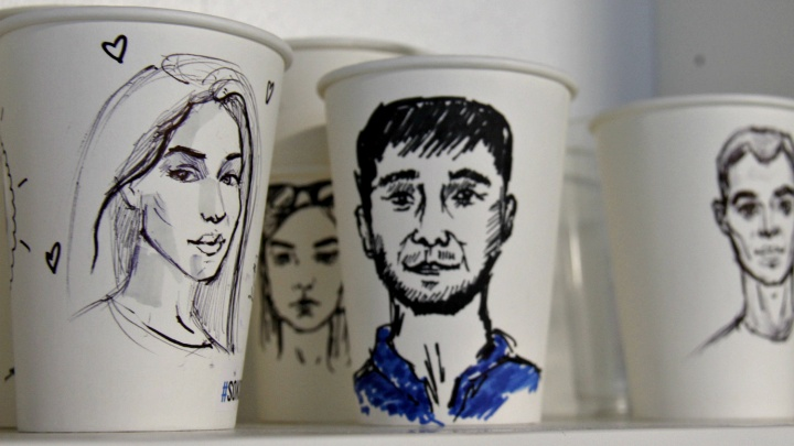 На Маркса открылась кофейня, где посетителям рисуют портреты на стаканах