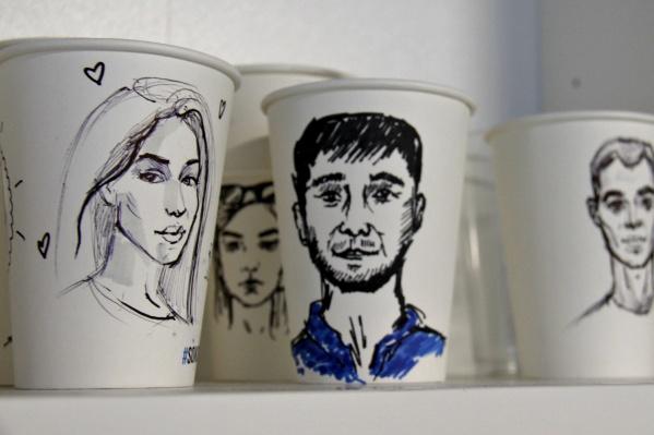 В новой кофейне бесплатно делают портреты любому покупателю напитков