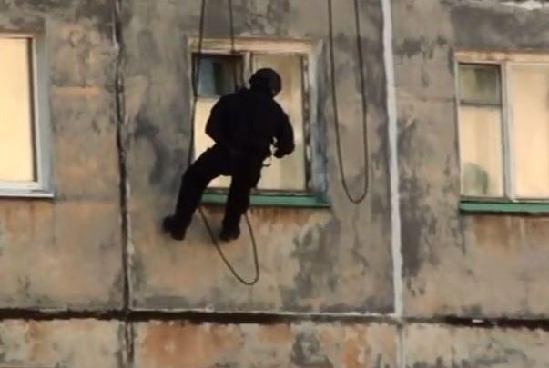 СОБР по канатам пробрался в окно норильской многоэтажки для задержания наркоторговцев