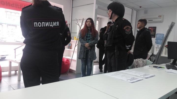 В омский штаб Навального пришли полицейские с обыском