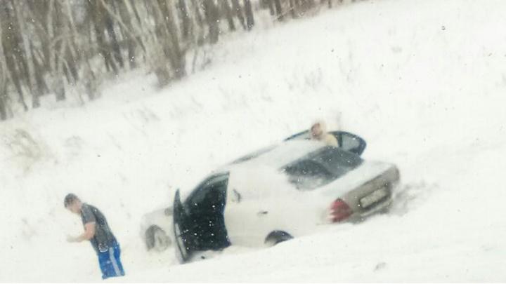 29-летняя девушка вылетела с трассы в кювет на беломMercedes-Benz