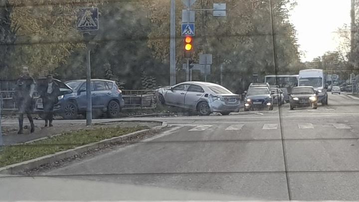 В Тюмени водитель иномарки устроил ДТП, проехав на красный свет