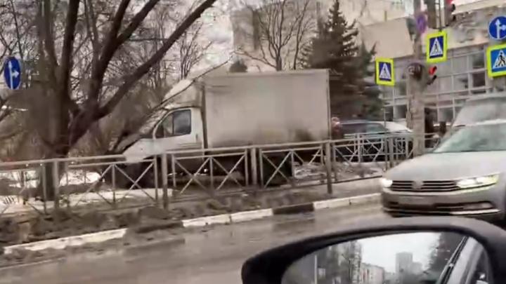 В центре Нижнего Новгорода «Газель» врезалась в неотложку с пациентом