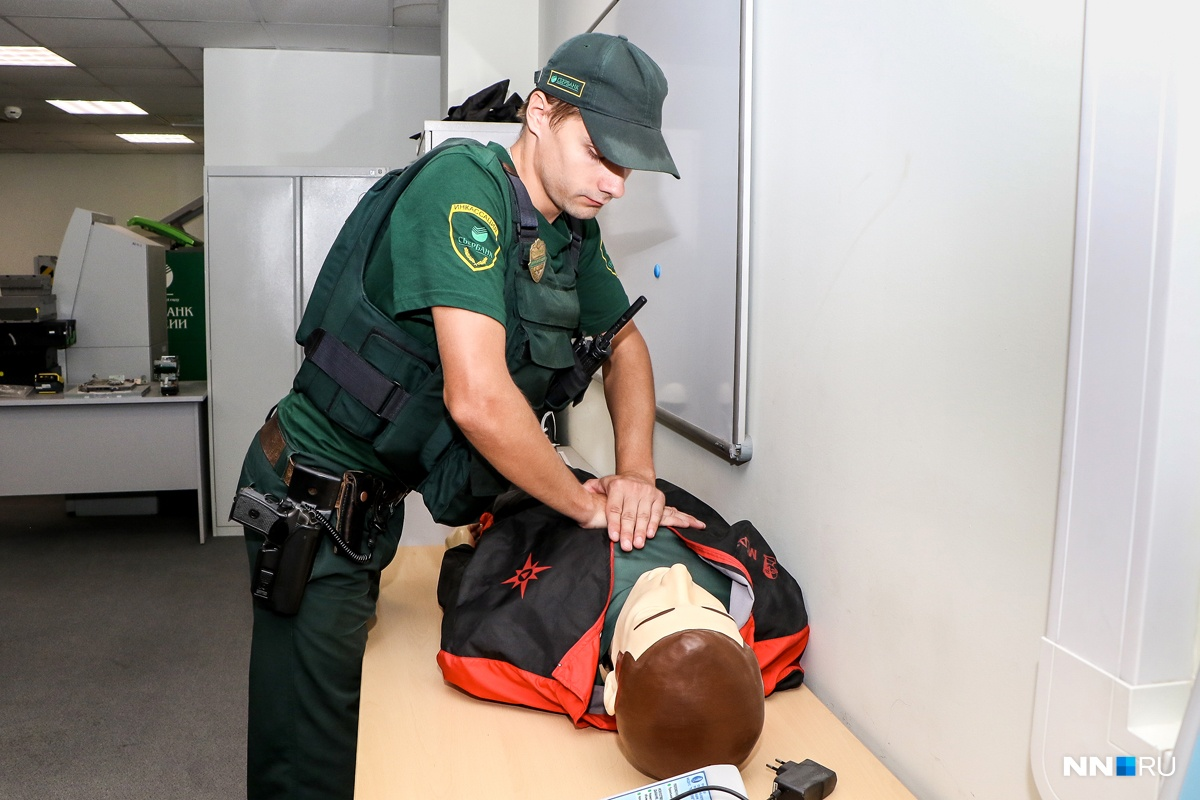 Инкассаторы умеют не только стрелять, но и оказывать первую медицинскую помощь
