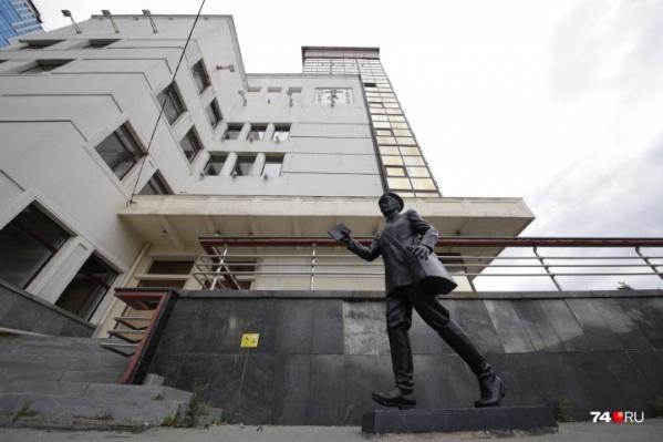 О том, что в здании на Кировке был главпочтамт, теперь напоминает только фигура почтальона